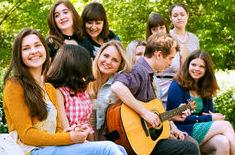 песни под гитару, компания с гитарой