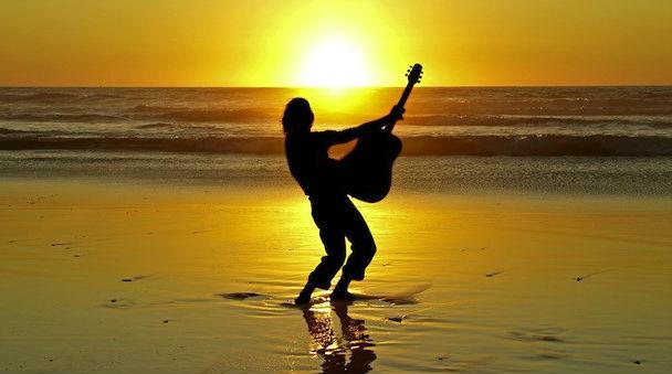 гитара на пляже